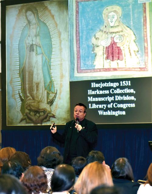 Mons. Eduardo Chávez, con gran emoción explica a la audiencia sobre la Tilma de la Virgen de Guadalupe. (Fotografía por: Octavio Miranda)